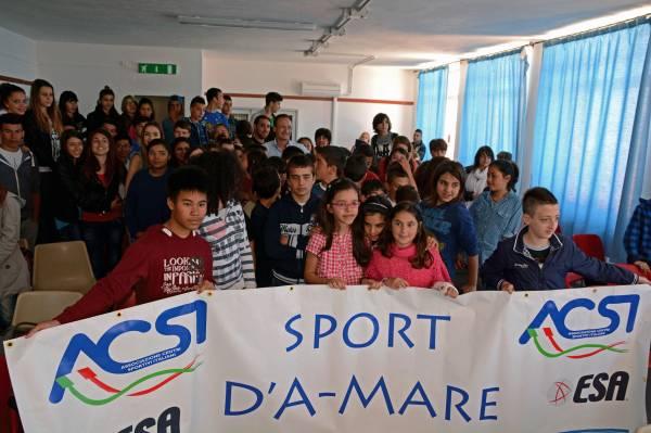 Salvatore Cimmino con i ragazzi delle scuole di Santa Teresa Gallura